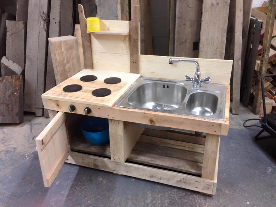 Pallet mud kitchen with sink 99 pallets for Pallet kitchen ideas