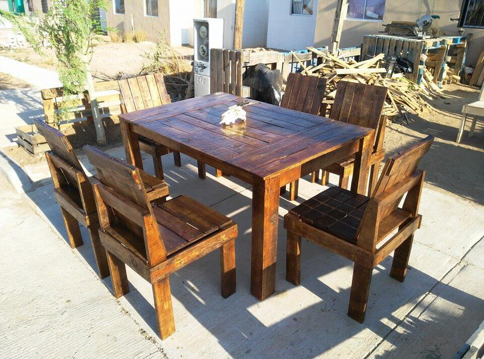 Wooden pallet dining table and chairs set 99 pallets for Wooden dining table and chairs