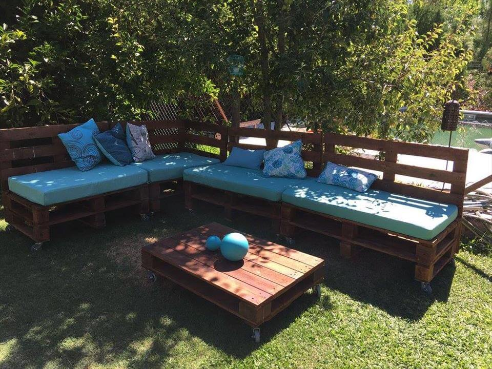 Pallets outdoor sofa and table on casters 99 pallets for Muebles con palets para terraza