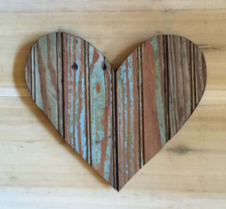 Wooden pallet heart wall art 99 pallets for Wooden heart wall decor