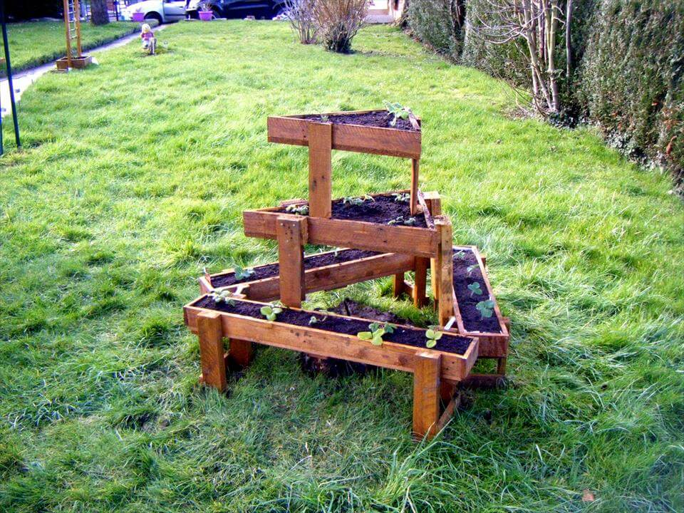 3 tiered pallet triangular garden planter for Garden designs for triangular gardens