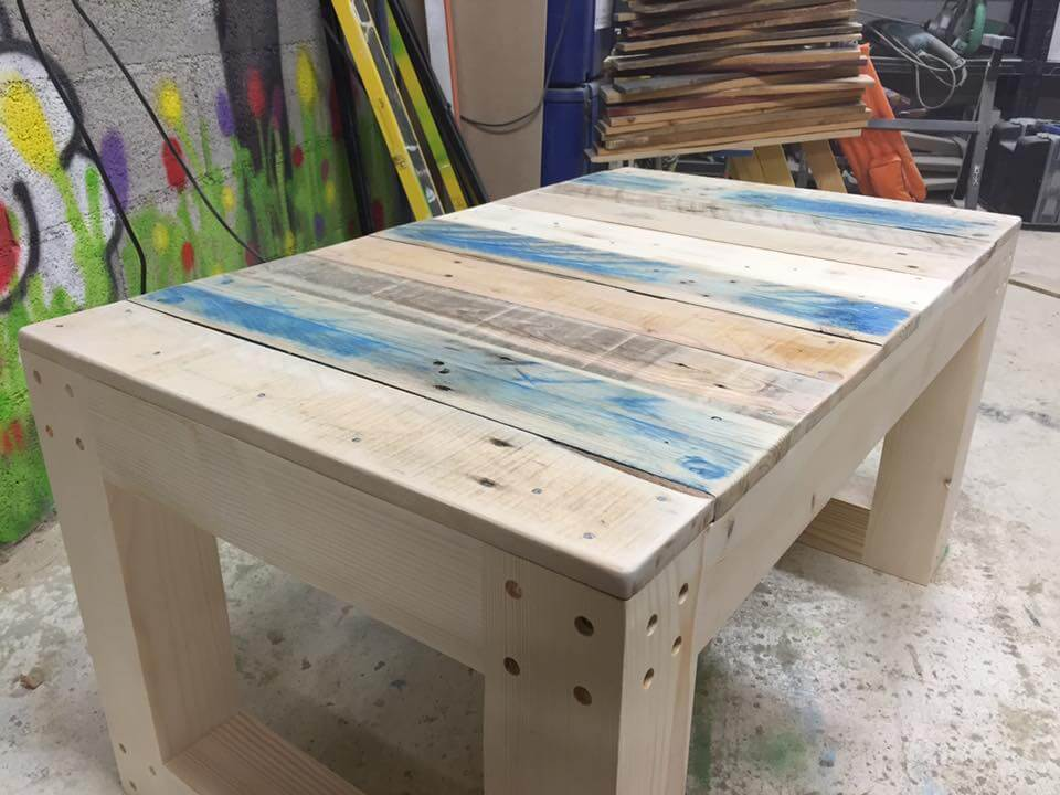 Diy wooden pallet coffee table bench for Table palette