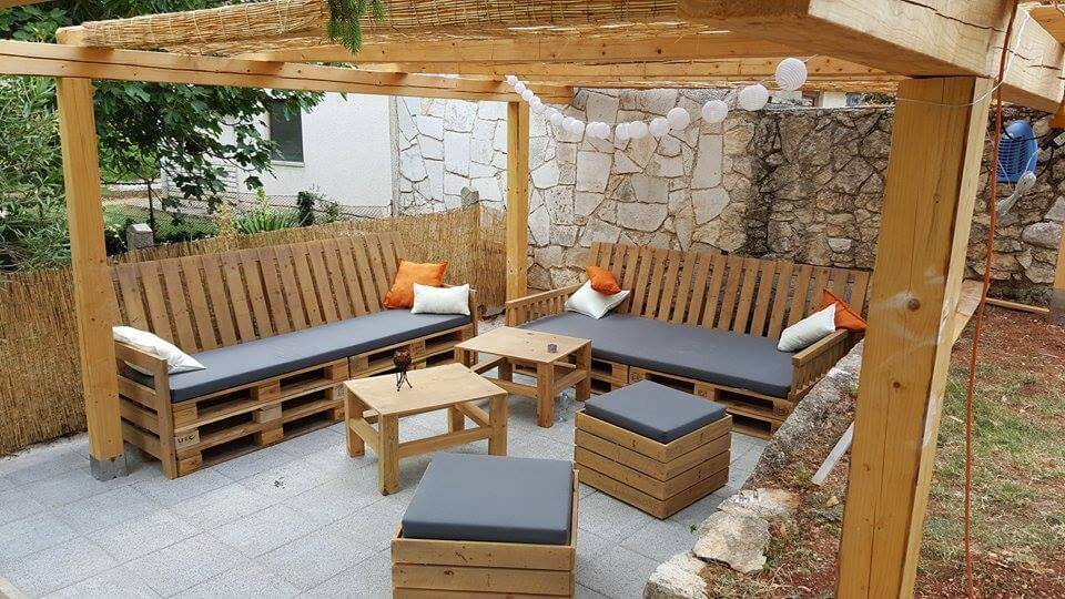 Pallets patio seating furniture set 99 pallets for Sofa de palets exterior