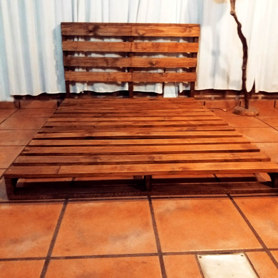 Wooden pallet platform bed 99 pallets for Pallet bed frame with side tables