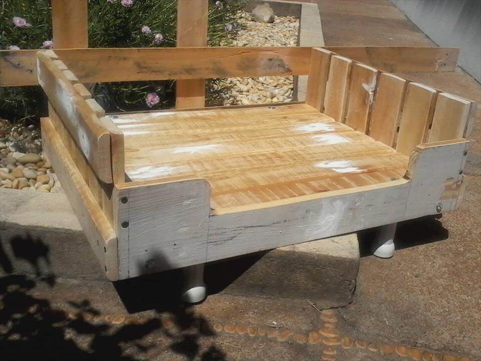 Diy wooden pallet dog beds 99 pallets for Wood dog bed furniture