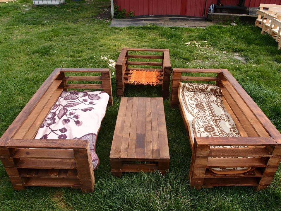 Wood pallet garden furniture set 99 pallets for Wooden garden furniture