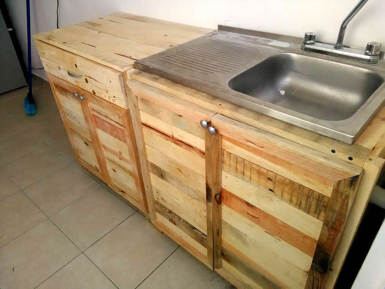Kitchen wholly made from recycled pallets 99 pallets - Cupboards made from pallets ...