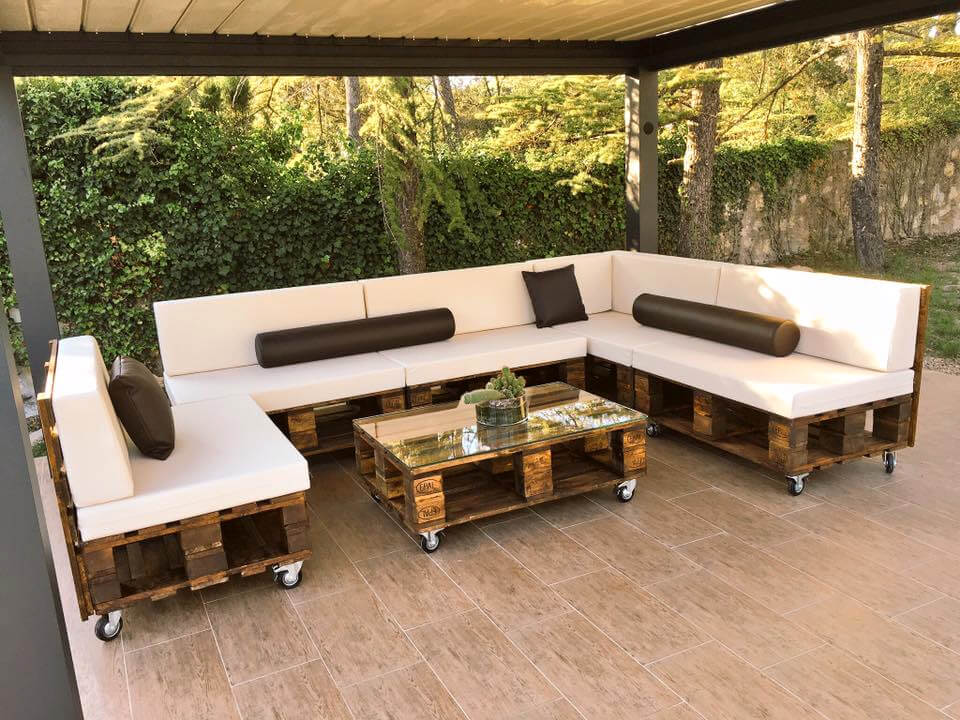 Diy pallet patio sofa set poolside furniture 99 pallets for Muebles terraza
