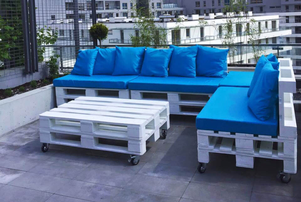 low-cost pallet white sofa set with blue cushions