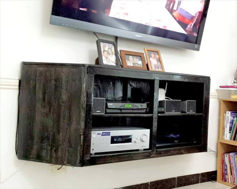wall hanging media center out of pallets 99 pallets. Black Bedroom Furniture Sets. Home Design Ideas