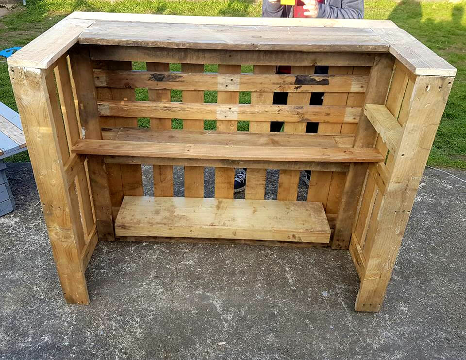 Pallet bar table chairs 99 pallets for Idee palette de bois