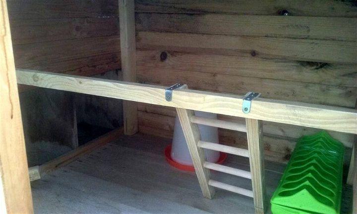 raised wooden pallet chicken coop