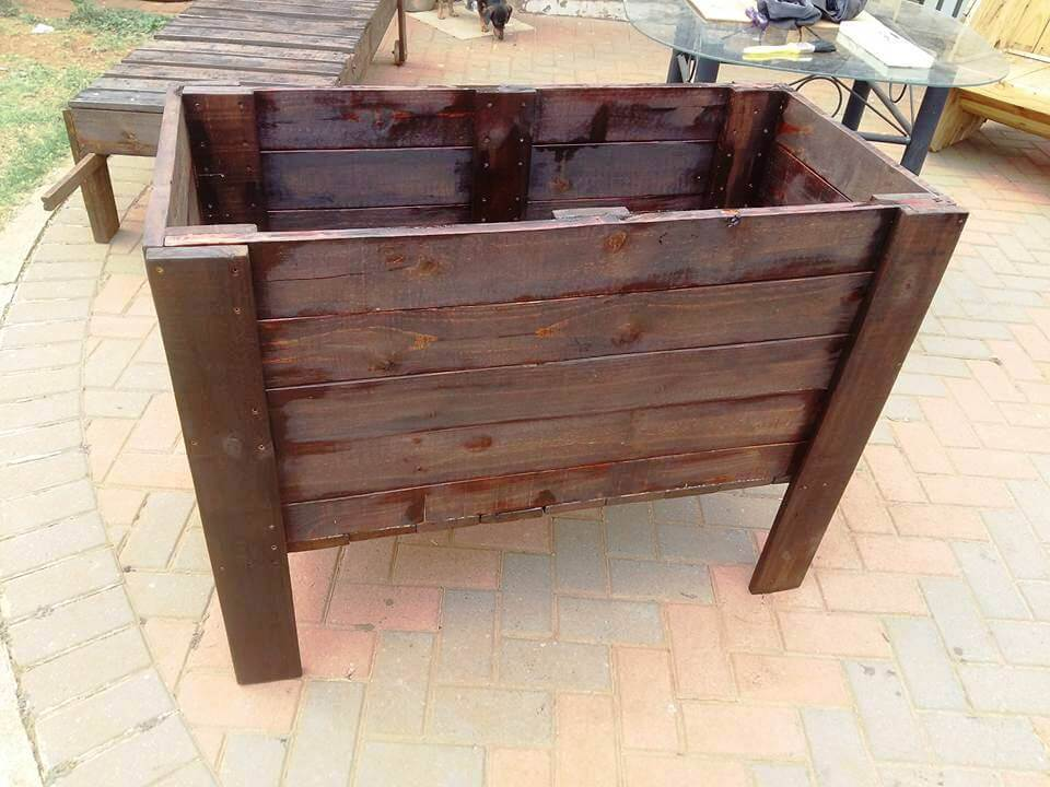 wooden pallet raised planter box