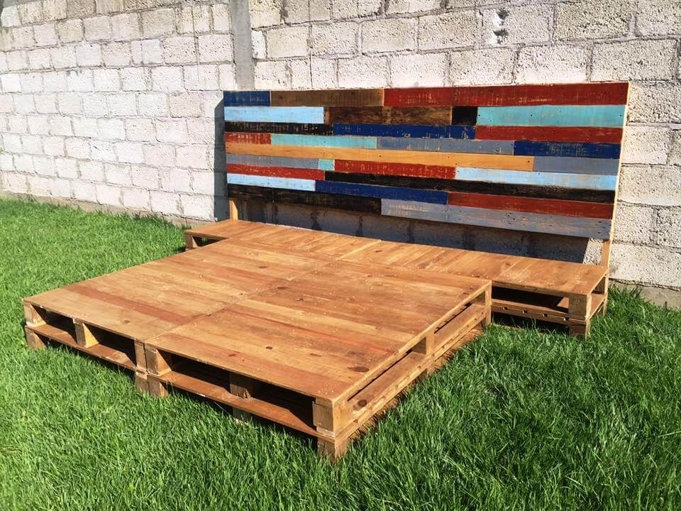 Diy pallet bed frame with headboard 99 pallets for Pallet king bed frame