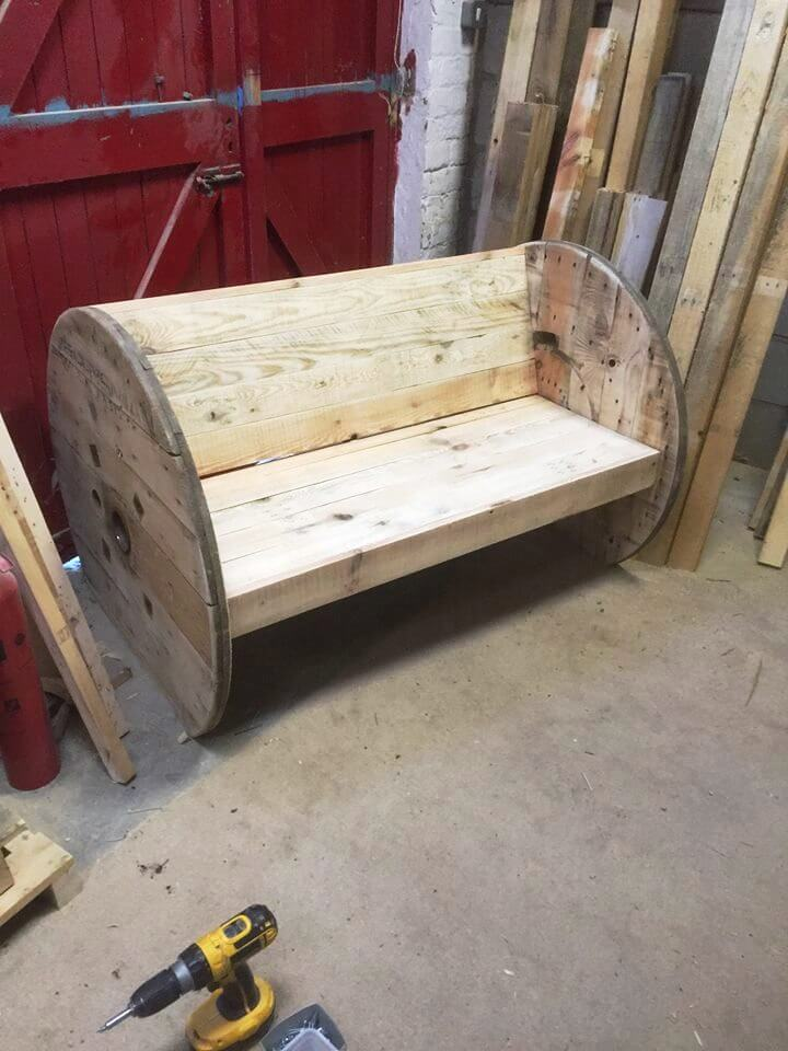 Diy pallet and spool benches 99 pallets for Diy pallet bench instructions
